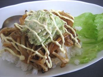 キムチ アボガド の、ピリカラ丼